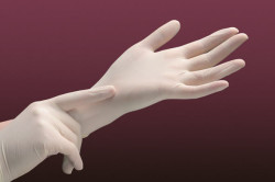 Защита рук перчатками перед забором кала